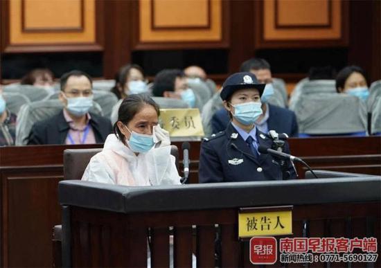 ▲被告人赵丽当庭认罪,流下懊悔的泪水。法院供图