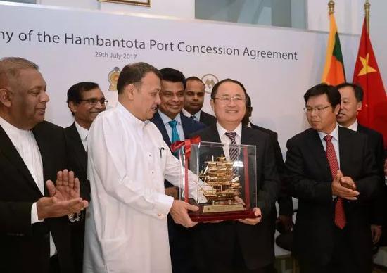 ▲资料图片:2017年7月,在汉班托塔港运营协议签署仪式上,斯里兰卡港口运输部部长马欣达<span class=