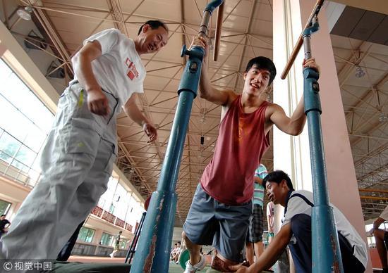 ▵2008年9月24日,中国上海,刘翔在教练孙海平的指导下,进行力量恢复训练
