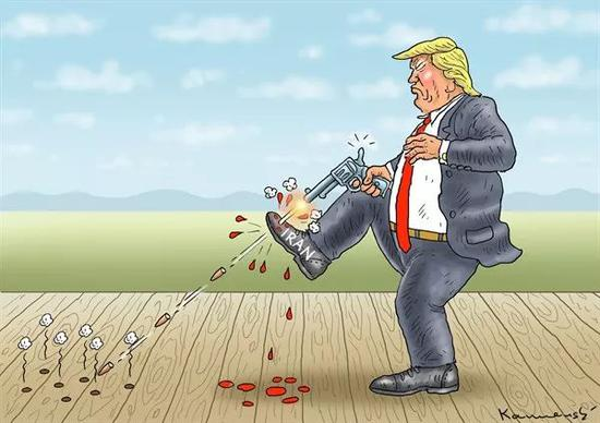 """▲【砸到腳】美國總統川普向""""伊朗""""皮鞋連發數槍,導致皮鞋受損,但自己的腳也鮮血淋漓。川普近日下令恢復對伊朗的制裁,引發歐洲盟友的廣泛擔憂。(美國卡格爾漫畫網)"""