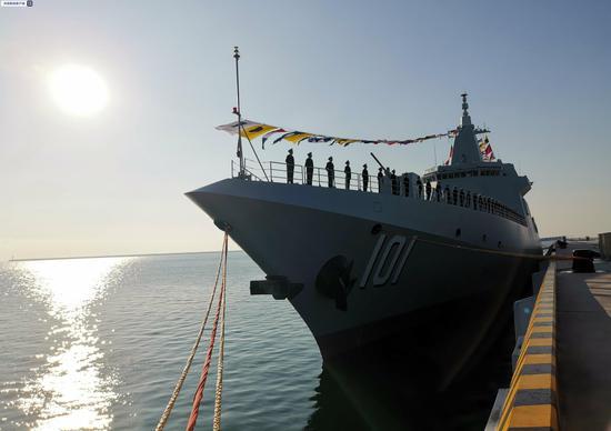 海军055型万吨级驱逐舰南昌舰在山东青岛正式入列图片