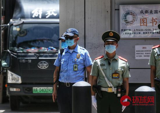「杏悦」一辆中巴驶杏悦入美国驻成都总领事馆安保严加图片