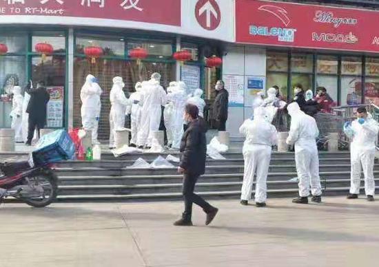 一群身穿防护服的人员现身合肥一超市?当地回应图片
