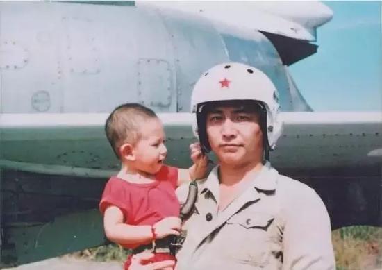 王伟和心爱的儿子在一起。