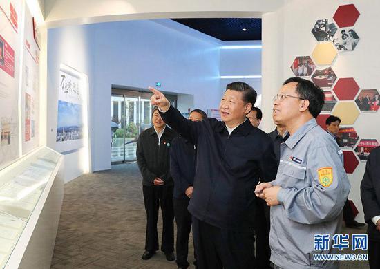 2018年6月13日,习近平在山东烟台调查。这是他在万华烟台工业园听取企业根本状况引见,观察中心商品展现。图片来源:新华社