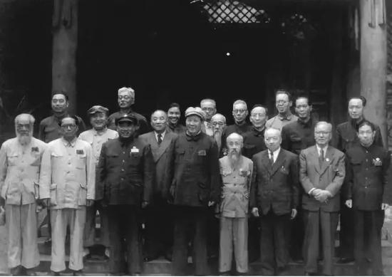 1949年7月5日,毛澤東、周恩來、朱德與新政治協商會議籌備委員會全體常務委員合影。第二排左起第二位爲馬寅初。