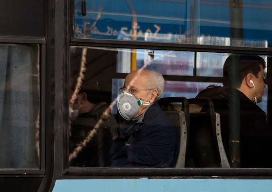 2月23日,伊朗首都德黑兰,市民戴着口罩出行