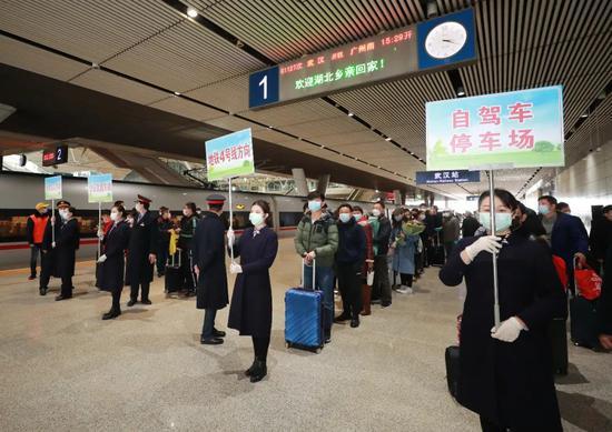 应勇王晓东到武汉站接站:武汉是英雄的城市,健康的城市,充满希望的城市!欢迎回家图片