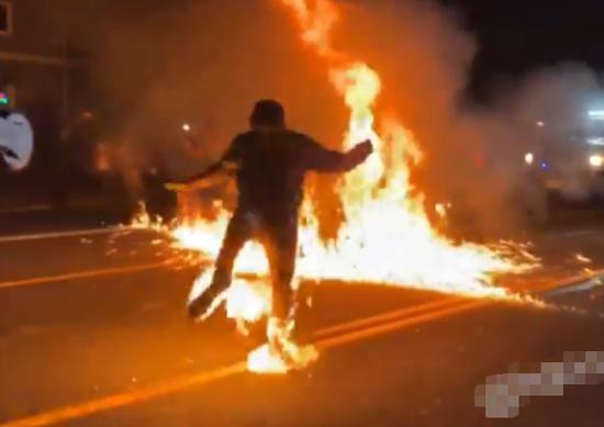 示威者双腿起火(视频截图)