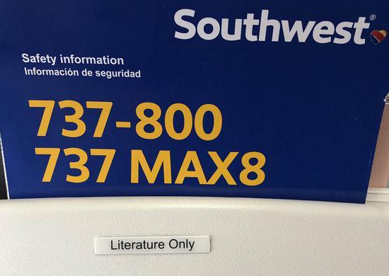 """两次重大事故使人们""""谈MAX色变"""",飞机上的""""737 MAX 8的安全须知""""曾引发乘客巨大恐慌。(图源:推特)"""