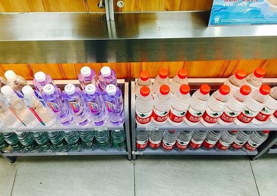 便利店熟食區下方的瓶裝水陳列。攝影:趙曉娟
