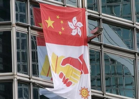 法籍蜘蛛侠攀登中环商厦 高挂中国国旗和香港区旗