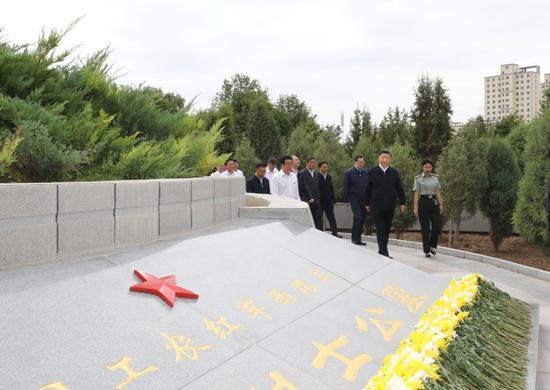 ↑2019年8月20日,习近平在甘肃张掖市高台县,仰望中国工农赤军西路军怀念碑和阵亡义士公墓。