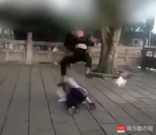 女学生遭男青年跳起来脚踹殴打。(来源:视频截图)