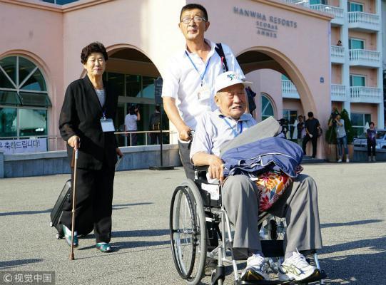 当地时间20日中午,数十名韩国老人抵达朝鲜金刚山,有人坐着轮椅。(图:视觉中国)