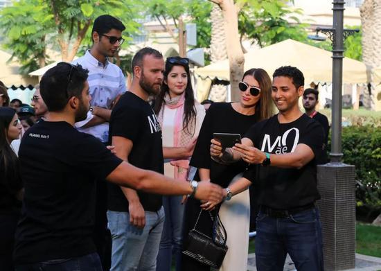 2017年1月10日,在阿联酋迪拜,华为手机挑战吉尼斯世界纪录的活动组织者引导人们列队参与自拍。(新华社记者 李震摄)