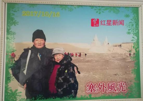 ▲杨炳林与老伴游戏娱乐平台注册就送25的照片