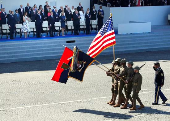 ▲资料图片:2017年7月14日,法国巴士底日阅兵式上,身着一战时期军服的美军士兵接受检阅,纪念美国参加一战100周年。(路透社)