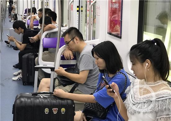 △手机已成为大家生活中不可或缺的工具,不论乘车还是走路,很多人都习惯拿出手机耍。
