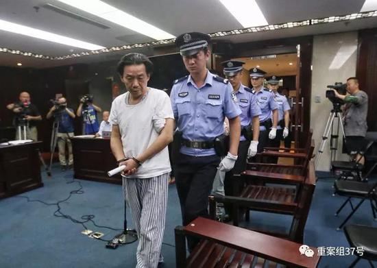 ▲2018年9月7日,被告人滕某等四人被带上法庭。新京报记者王贵彬 摄