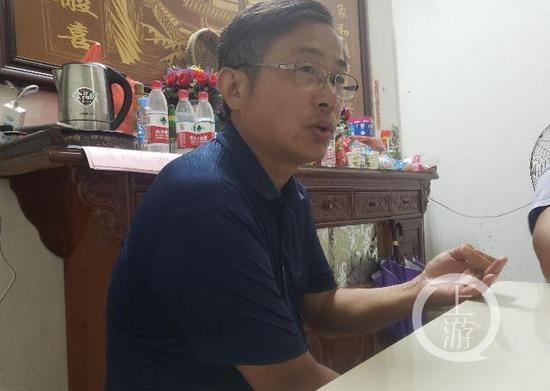 ▲7月13日晚,防汛专家吴俊亮介绍鄱阳水情。摄影/上游新闻记者 肖鹏