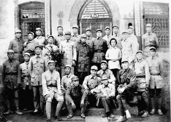 皮旅前身豫西抗日独立支队团以上干部合影(后排右六为支队司令员皮定均)。