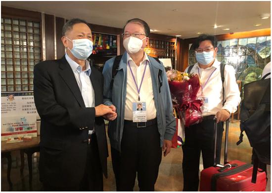 """有社团代表送花给支持队。图源:香港""""橙新闻"""""""