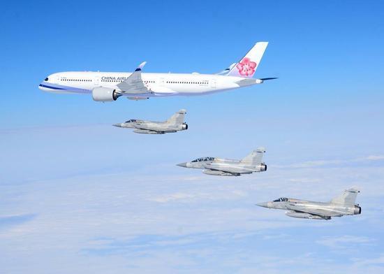 图为台空军司令部发布的幻影2000战机伴飞蔡英文专机。(来源:联合新闻网)