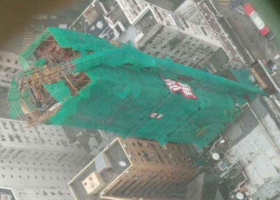 """超强台风""""山竹""""来袭 香港20米长天秤被吹折(图)"""