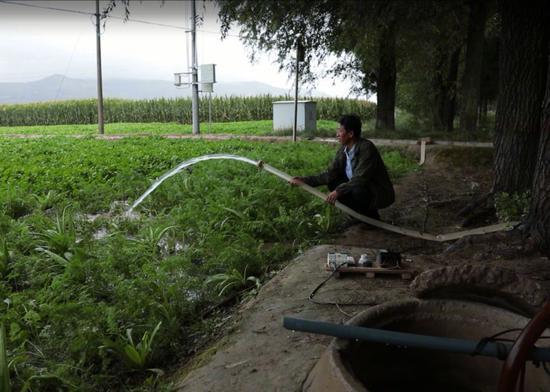 △习近平1997年看过的小圆井现在还在发挥作用,当地生态已明显改善。