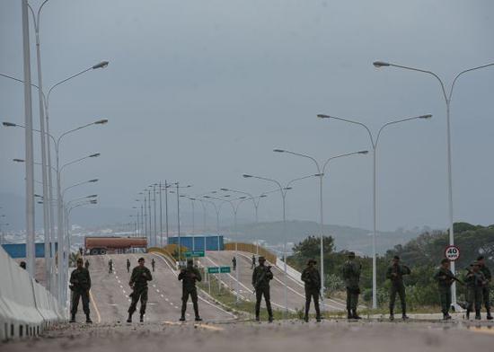 廷迪塔斯大橋從未正式?用,隻有數名軍警駐守。(馬爾科斯·薩爾加多 攝)