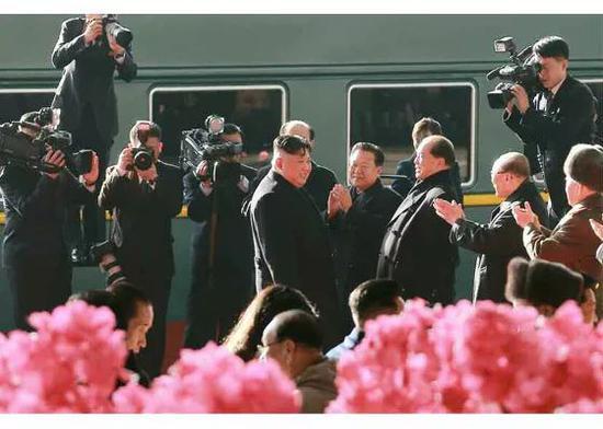 ▲金正恩乘專列離開平壤,圖爲人們在火車站歡送。(勞動新聞)