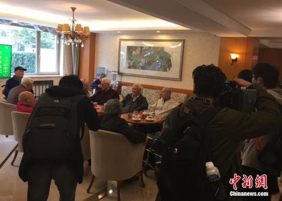 资料图:在双井恭和苑养老院,老人们在茶歇区聊天。中新社记者 杜燕 摄