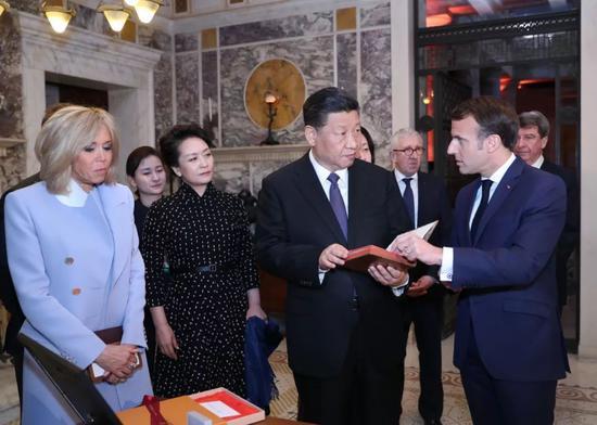 3月24日,国家主席习近平在法国尼斯会见法国总统马克龙。会见前,马克龙向习近平赠送1688年法国出版的首部《论语导读》法文版原著。新华社记者鞠鹏摄