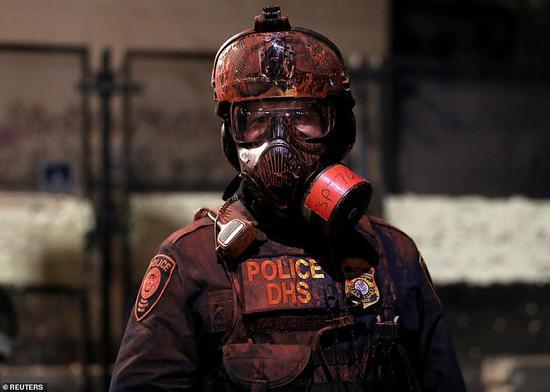 26日,波特兰街头的执法人员(图源:路透社)