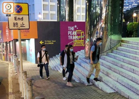 """探员在现场一带搜查证据。(图源:香港""""东网"""")"""