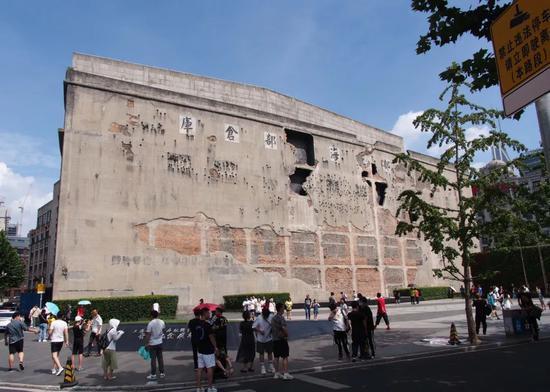 ▲这是8月25日拍摄的上海四行仓库西墙,如今这里也是四行仓库抗战纪念馆向公众展示的重要组成部分。(新华社记者 任珑 摄)