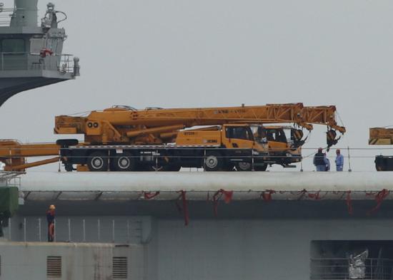 002航母甲板上的重型起重汽车