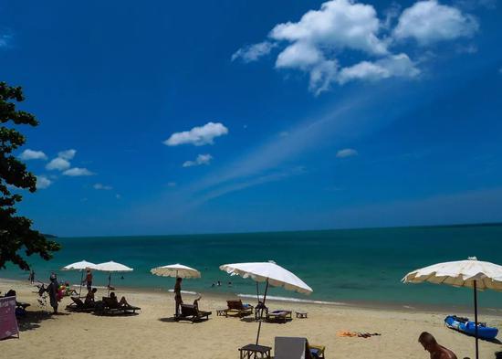 2012年8月1日,一群游客在泰国苏梅岛的海滩上休闲。(新华社记者刘潺摄)