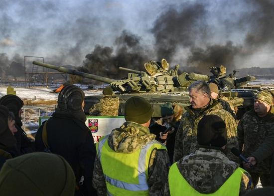 乌克兰总统波罗申科视察部队(图:美联社)