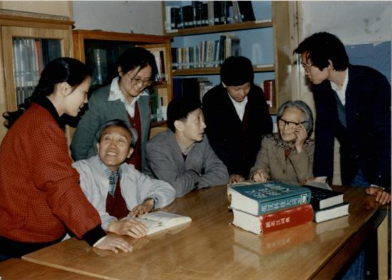 时任中国科学院研究生院外语教研室主任李佩(右二)与同事一起讨论教学问题。 中国科学院大学官网图