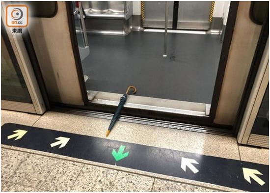 """有人用雨伞障碍车门封闭。图源:""""东网"""""""