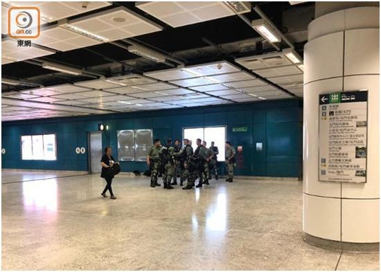 """西铁线屯门站内仍有防暴差人警戒。图源:""""东网"""""""
