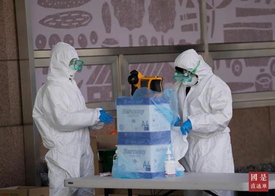 3月13日,首尔市九老区,引发集体感染的呼叫中心所在办公楼外设立了病毒筛查诊所。中新社记者 曾鼐 摄