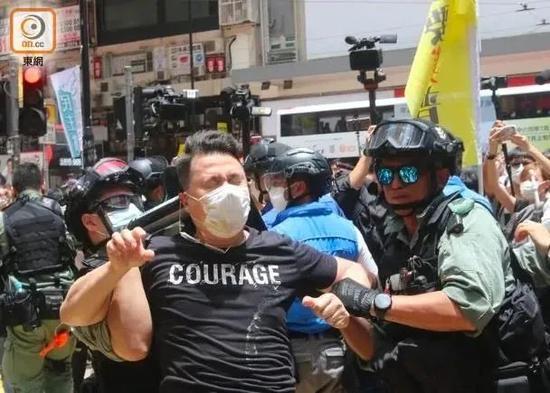 香港国安法生效后被捕第一人出现!图片