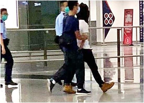 """涉案男子被警方带走。图源:香港""""东网"""""""