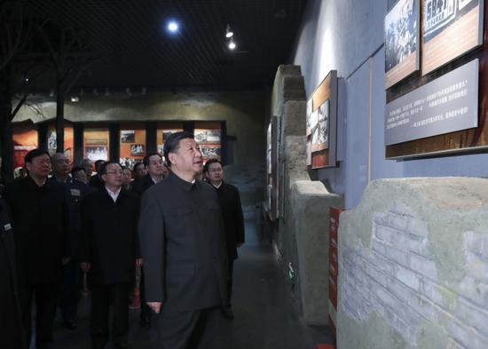↑2017年12月13日,习近平在江苏徐州市观光淮海战争怀念馆。