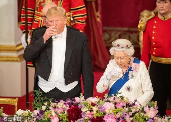 今年6月,英国女王与特朗普出席国事晚宴。/视觉中国