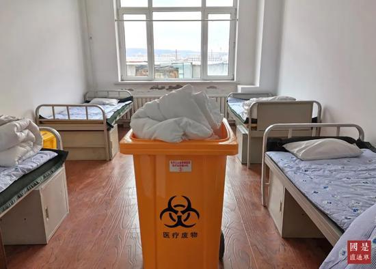 4月11日,黑龙江省牡丹江市绥芬河市方舱医院施工改造已完成。图为绥芬河方舱医院内部床位。中新社发 郑宝煜 摄