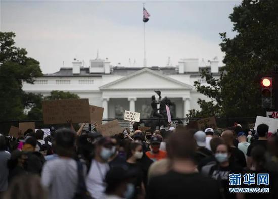 ▲6月4日,人们在美国华盛顿白宫前抗议。(新华社记者 刘杰 摄)